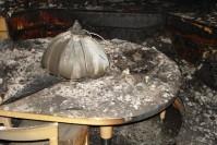 Der Brandauslöser am Tisch (rechts)